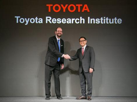 Managerul Toyota care deține o Tesla se opune unei treceri complete la mașini electrice și susține cele hibride și plug-in-uri